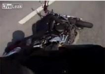 Моторист пада, след като забърсва странично огледало (видео)