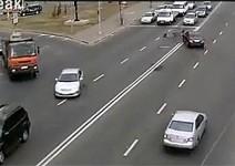 Идиот с мерцедес удря брутално мотоциклетист (видео)