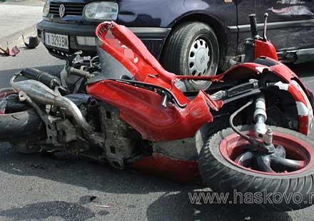 Тийнейджър бере душа след падане с мотор