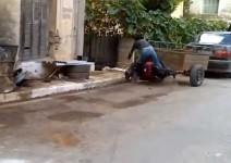 Брюнетка се качва на мотор...явно за първи път (видео)