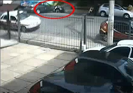 Блондинка два пъти бута мотор при излизане от паркинг (видео)