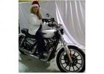Съпруг продава мотоциклет, заедно с жена си