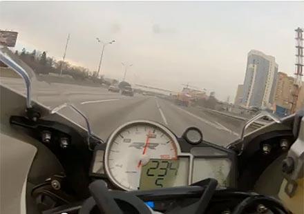 Какво е да караш мотор с 289 км/ч на 1 януари сутринта (видео)