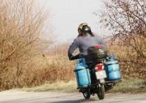 Уникално: Моторист кара с газови кошове
